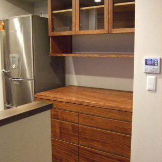大阪 オーダー家具 ブヒンガ無垢材、アガチス無垢材(天板)食器棚