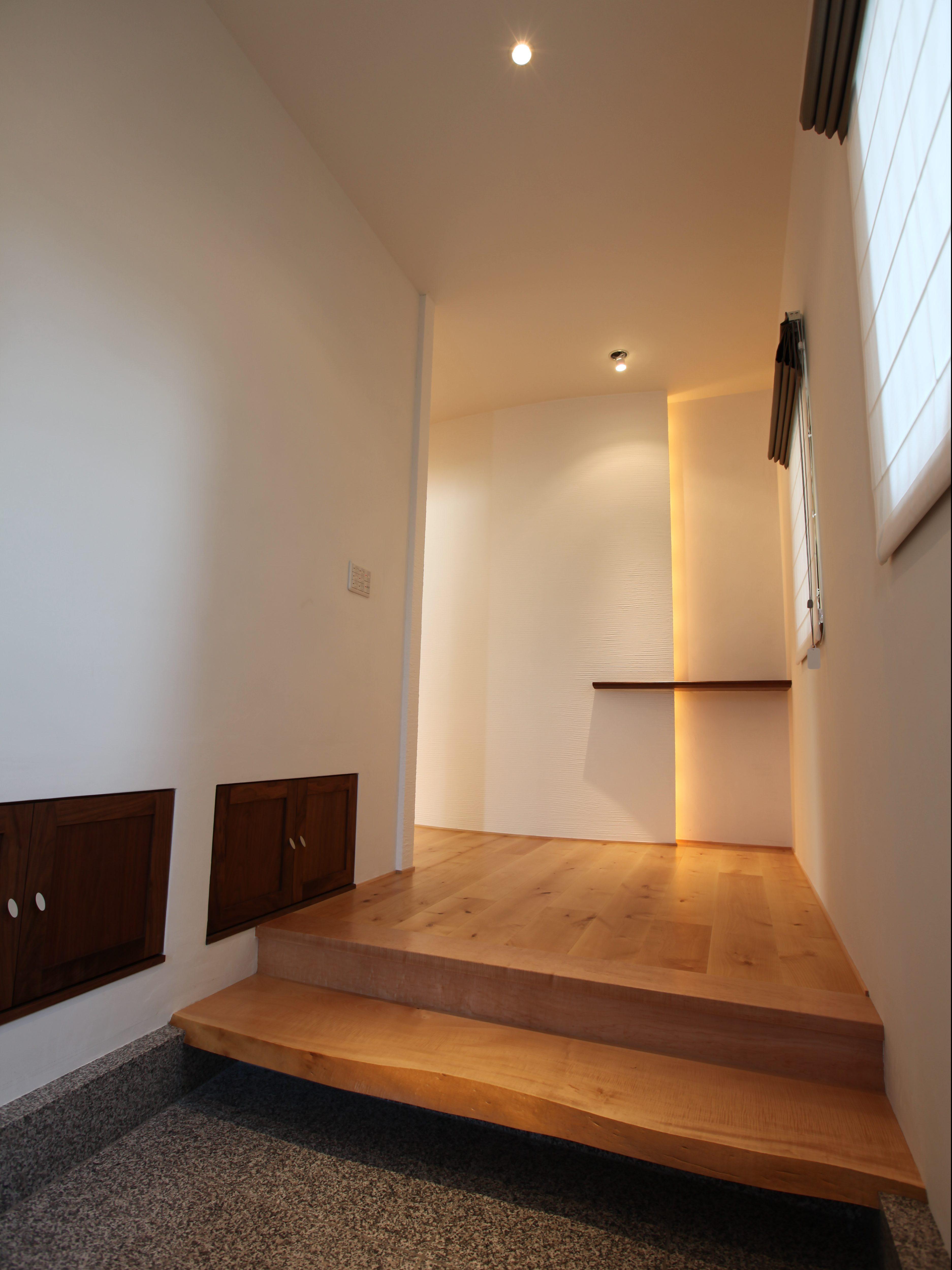 玄関の上がり框の素材はトチ無垢材